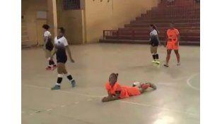 Video: la brutal patada de una jugadora para frenar a su rival