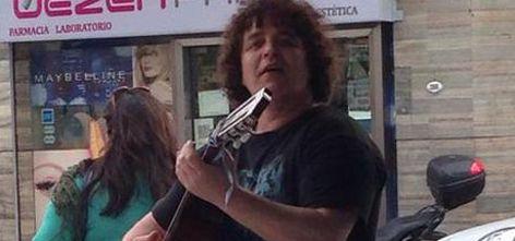"""El triste presente de """"Amigacho"""": toca en la calle para poder vivir"""