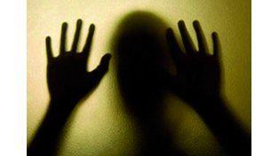 Un joven de 20 años denunció a sus vecinos por violentos y lo violaron