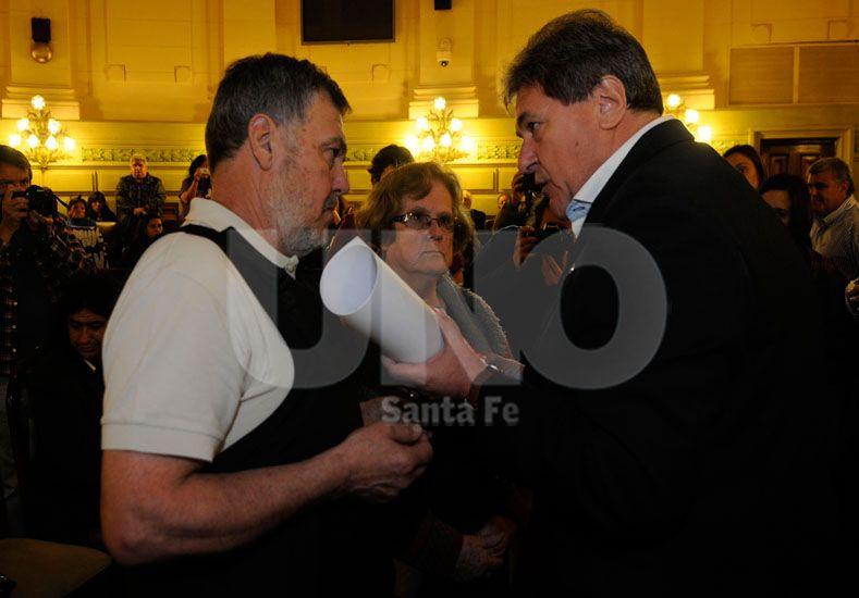 En Diputados. Luis Rubeo le entrega el reconocimiento al padre y la madre de la chica desaparecida / Foto: José Busiemi - Uno Santa Fe