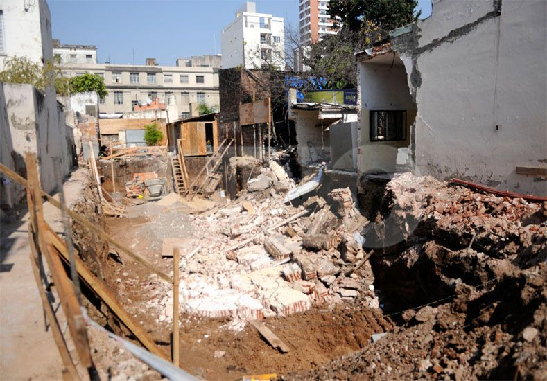 Tragedia con suerte. Al momento del desplome los inquilinos no estaban y los obreros habían terminado / Foto: Juan Manuel Baialardo - Uno Santa Fe