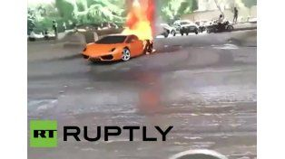 Se le incendió el Lamborghini en plena avenida en la India