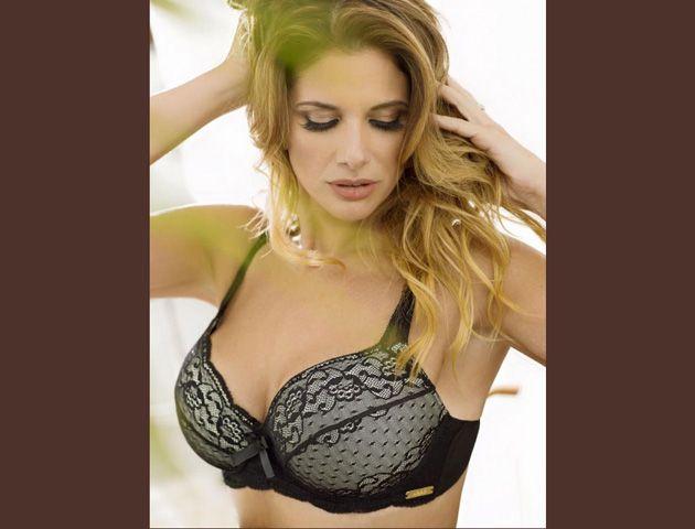 La sexóloga Alessandra Rampolla, una diosa en ropa interior