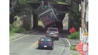Un camión reventó la caja contra un puente...