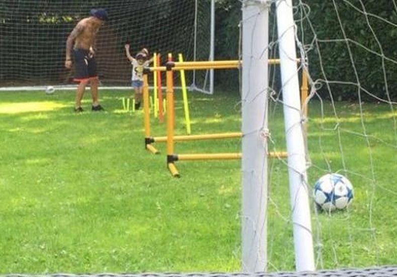 El tierno video de Marcos Rojo jugando con su hija en el jardín