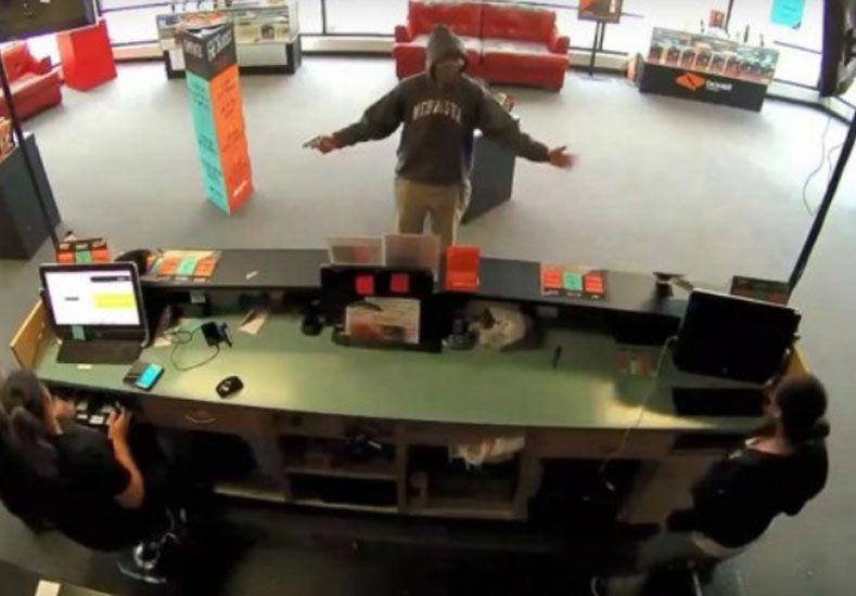 Entró a un local, asaltó a las cajeras pero se arrepintió con la plata de un cliente