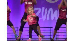Tiene 5 años, una particular enfermedad y es furor bailando zumba