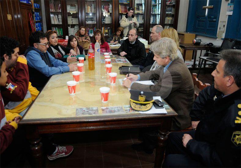 Encuentro. Fue este lunes en la escuela Bustos. Se estableció otra reunión para seguir trabajando / Foto: José Busiemi - Uno Santa Fe