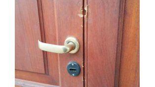 La puerta de ingreso que fue forzada. / gentileza @Veroensinas.
