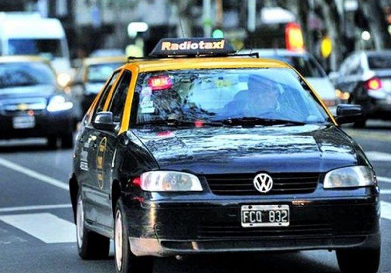 Una chica se tiró de un taxi por temor a ser violada