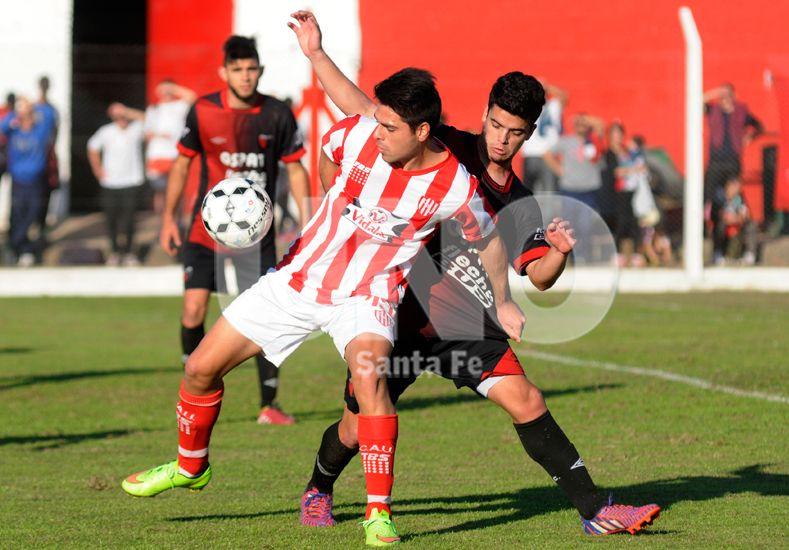 Mucha lucha en el mediocampo para ganar el balón. Les costó y terminaron conformes con la igualdad. Foto: José Busiemi / Diario UNO Santa Fe