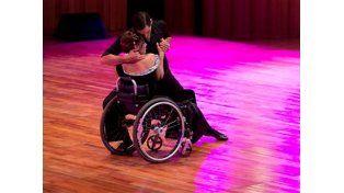 En silla de ruedas, la rompió en el Mundial de Tango