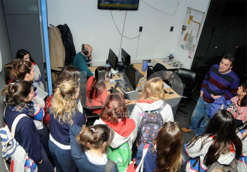 Alumnas del Colegio del Calvario visitaron la redacción del UNO
