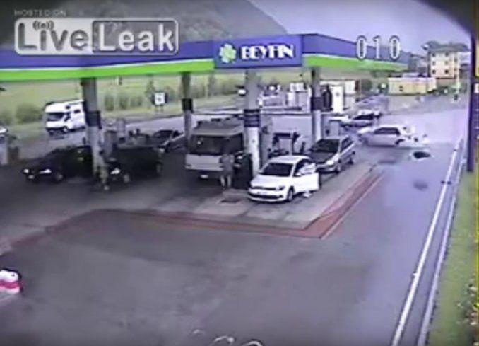 Video: tremendo choque en una estación de servicio de Italia