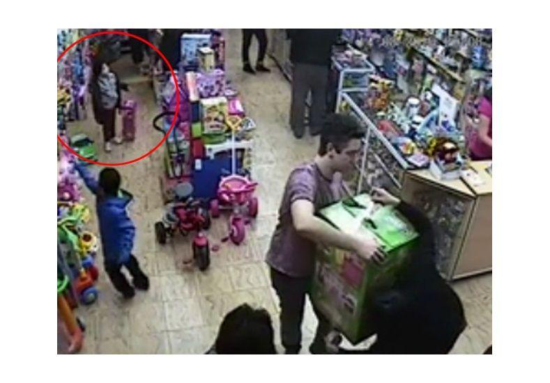 Escracharon a un padre que le enseñaba a robar a su hija de 5 años