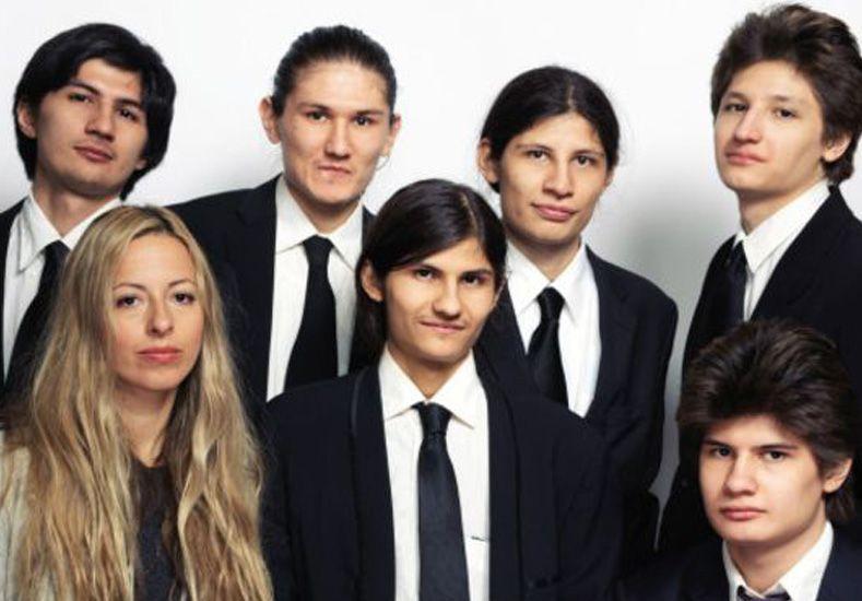 La extraña historia de los siete hermanos que estuvieron 14 años aislados en un departamento en Nueva York
