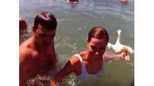 Estaba protestando y la golpearon con un pato