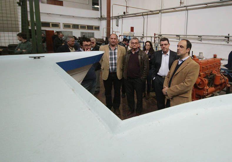 Ingenieros y estudiantes de la Universidad Tecnológica construyen un barco solar para el turismo