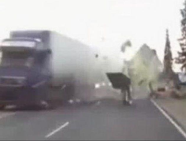 El impresionante choque provocó el destrozo del acoplado dispersándose hacia la banquina donde iban los ciclistas.