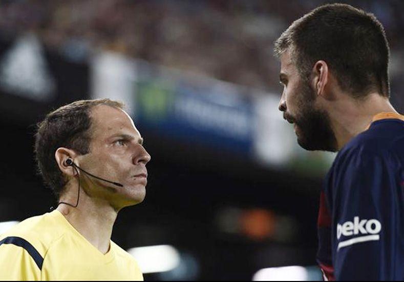Piqué recibió una dura sanción por insultar al árbitro