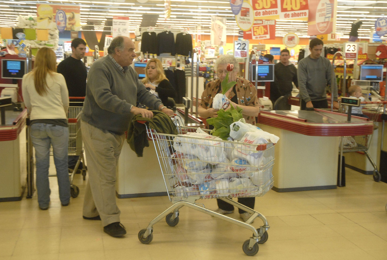 Una postal actual que deberá cambiar en los supermercados locales: changuitos repletos de bolsas de plástico que se reparten a los clientes.