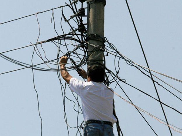 Gerente de compañía eléctrica estaba colgado de la luz