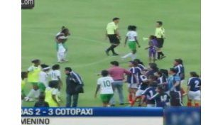 Piñas, patadas y una batalla campal en el fútbol femenino de Ecuador