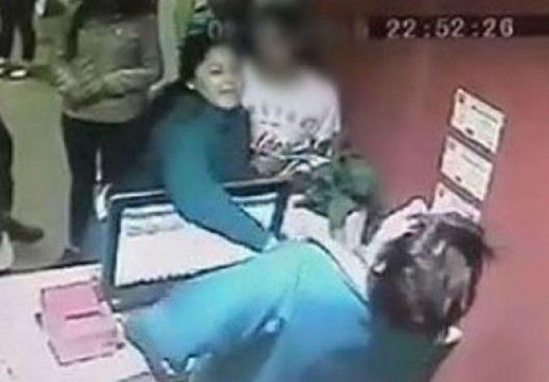 Golpeó a una empleada porque no dejaba que su hija entrara al cine