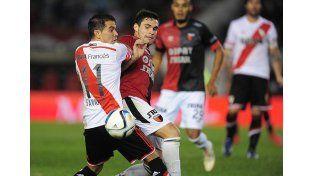 Franco Leys disputa el balón con Javier Saviola en la derrota de Colón ante River en el Monumental / Foto: Gentileza La Página Millonaria
