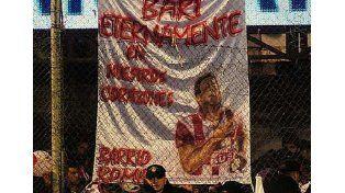 Mirá las banderas que recordaron a Bari en las tribunas