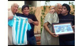 Maradona visitó al árbitro de la Mano de Dios y le regaló su camiseta