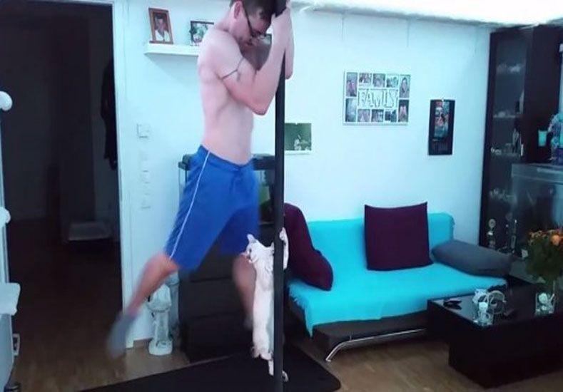Un hombre y un gato sorprenden con el baile del caño
