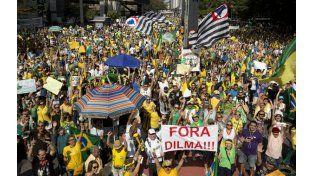 """""""¡Fuera Dilma!"""". Los manifestantes inundaron el centro de San Pablo con su reclamo contra la presidenta."""