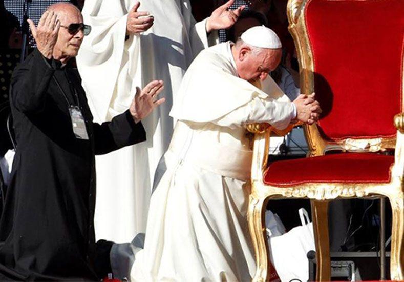 Las manos. El Papa Francisco en el Estadio Olímpico de Roma en la 37ª Asamblea de Renovación Carismática