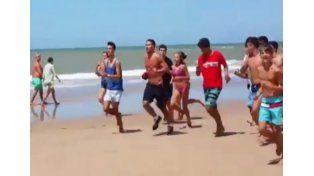 Simeone salió a correr por la playa y la gente lo comenzó a perseguir