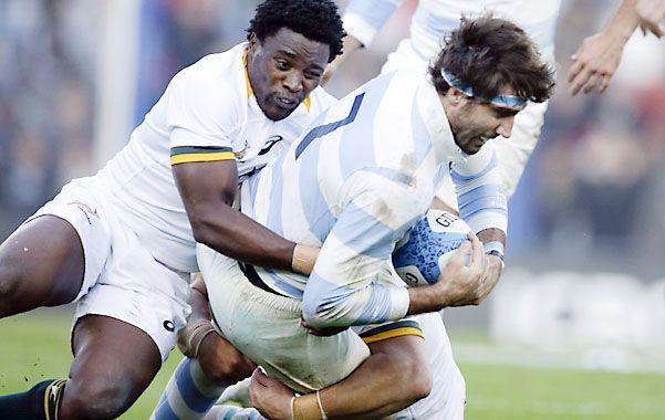 Corcho Fernández Lobbe avanza ante un tackle sudafricano.