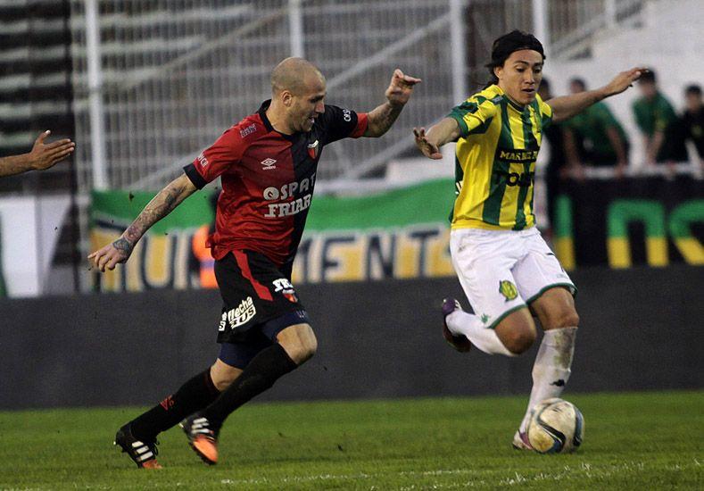 Uno de los duelos que tuvo el partido: Pablo Lugüercio mano a mano con Cristian Llama.