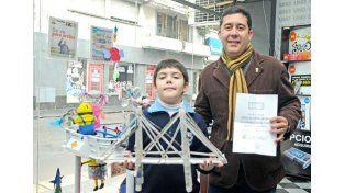 Mateo Litterio hizo un puente Colgante con papel.