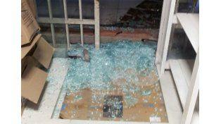 Robaron dinero y destrozaron puertas de blíndex esta madrugada en un local en pleno centro