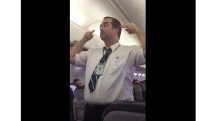 Rompió el molde: la desopilante instrucción de un asistente de vuelo antes de despegar.