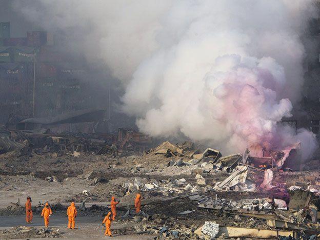Investigan las explosiones en un gigantesco puerto chino que dejaron un paisaje de destrucción