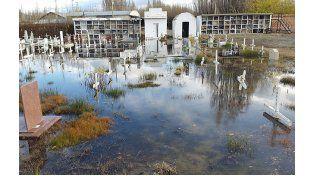 Por las inundaciones, una familia debió pasar la noche en un cementerio