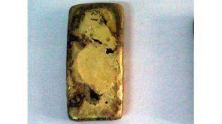 Se bañaba en un lago y encontró un lingote de oro
