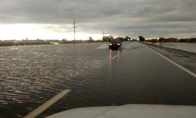 El río Carcarañá desbordó e invade la ruta 34.