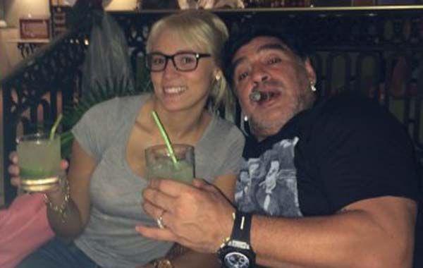 Diego abraza a su amada mientras degusta un habano y un trago.