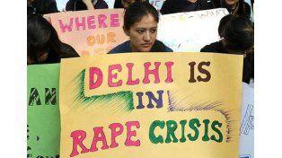 Fue violada y la obligan a cargar una roca de 40 kg como castigo