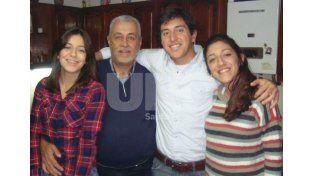 En familia. Juan José Mondino junto a sus hijos Juani