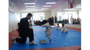 Un nene de tres años trata de romper una tabla en taekwondo