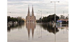 El agua en las puertas de la Basílica de Luján. (Fotos: Télam)