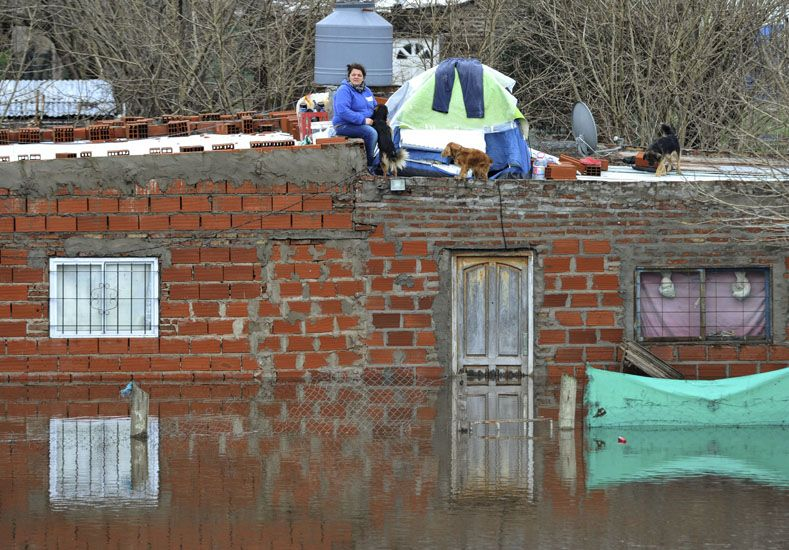 Inundaciones: el agua baja pero se teme por la sudestada